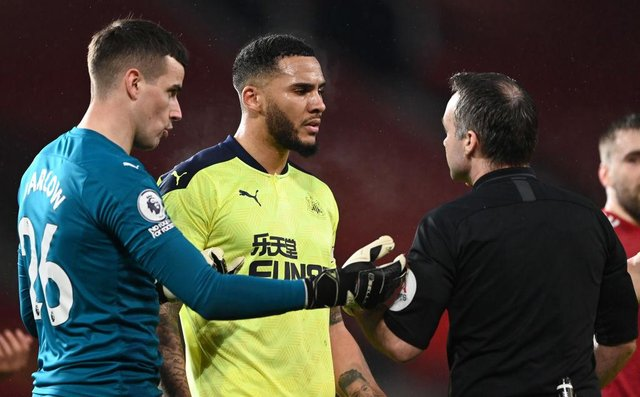 Karl Darlow and Jamaal Lascelles speak to referee Paul Tierney at Old Trafford.