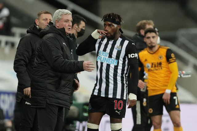 Steve Bruce, Manager of Newcastle United talks with Allan Saint-Maximin. (Photo by Richard Sellers - Pool/Getty Images)