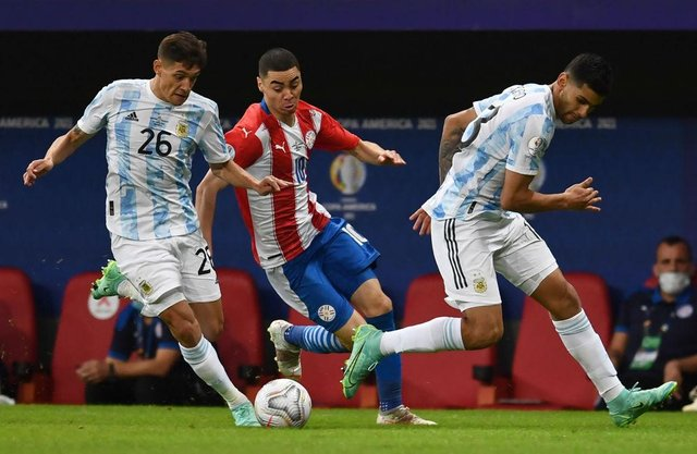 Paraguay's Miguel Almiron vies for the ball with Argentina's Nahuel Molina (L) and Cristian Romero during their Conmebol Copa America 2021 football tournament group phase match at the Mane Garrincha Stadium in Brasilia on June 21, 2021. (Photo by EVARISTO SA / AFP) (Photo by EVARISTO SA/AFP via Getty Images)