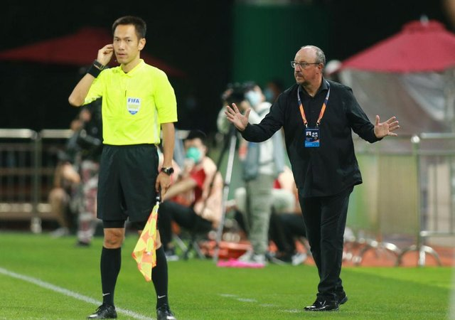 This photo taken on August 20, 2020 shows Dalian Pro coach Rafael Benitez (R) reacting during their Chinese Super League football match against Shenzhen FC in Dalian, in China's northeast Liaoning province. - Former Real Madrid and Liverpool boss Rafael Benitez vowed improvements at Dalian Pro after their latest defeat left them rooted to the bottom of their group in the Chinese Super League. (Photo by STR / AFP) / China OUT (Photo by STR/AFP via Getty Images)