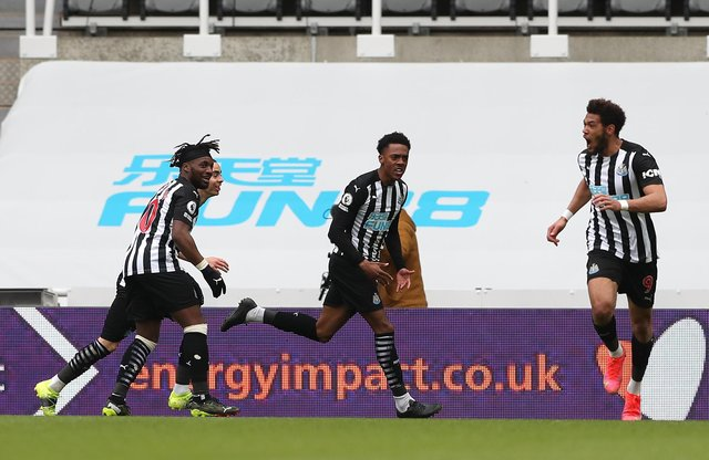 Joe Willock of Newcastle United celebrates with teammates Allan Saint-Maximin and Joelinton after scoring their team's second goal during the Premier League match between Newcastle United and Tottenham Hotspur