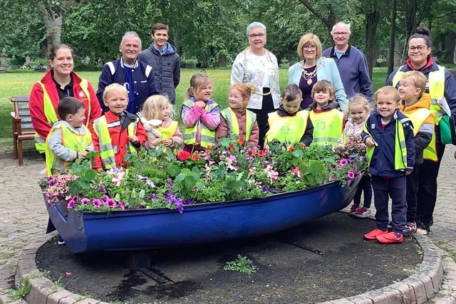 The children from Nurserytime Hebburn with Friends of Hebburn Cemetery