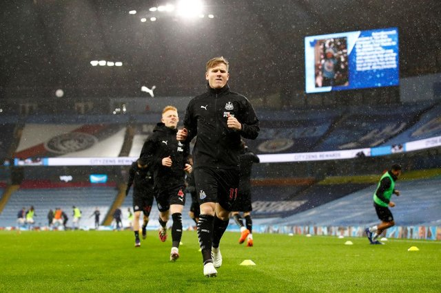 MANCHESTER, ENGLAND - DECEMBER 26: Matt Ritchie of Newcastle United warms up prior to the Premier League match between Manchester City and Newcastle United at Etihad Stadium on December 26, 2020 in Manchester, England. The match will be played without fans, behind closed doors as a Covid-19 precaution. (Photo by Jason Cairnduff - Pool/Getty Images)