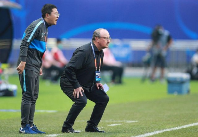 Dalian Pro coach Rafael Benitez (R) watches his players during their their Chinese Super League match against Shanghai Shenhua in Dalian, in China's northeast Liaoning province on August 10, 2020. (Photo by STR / AFP) / China OUT (Photo by STR/AFP via Getty Images)
