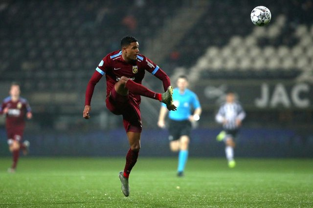 Danilho Doekhi of Vitesse Arnhem in action during the Dutch Toto KNVB Cup match between Heracles Almelo and Vitesse at Polman Stadion on January 22, 2020 in Almelo, Netherlands.