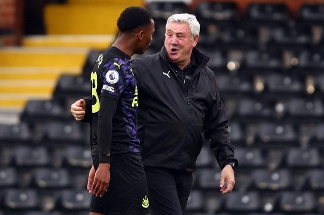 Steve Bruce with Joe Willock after the Premier League match between Fulham and Newcastle United at Craven Cottage last month.