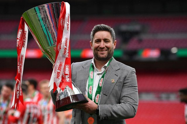 Lee Johnson with the Papa John's Trophy