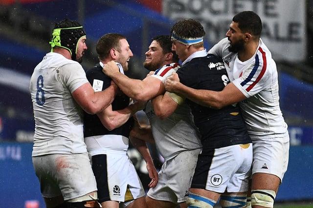 Finn Russell s'implique dans un tête-à-tête contre la France.  L'impasse écossaise a été éjectée plus tard dans le match.  Image: Anne-Christine Poujoulat / AFP via Getty Images
