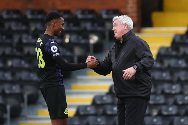 LONDON, ENGLAND - MAY 23: Steve Bruce manager of Newcastle United with Joe Willock after the Premier League match between Fulham and Newcastle United at Craven Cottage on May 23, 2021 in London, United Kingdom. (Photo by Marc Atkins/Getty Images)